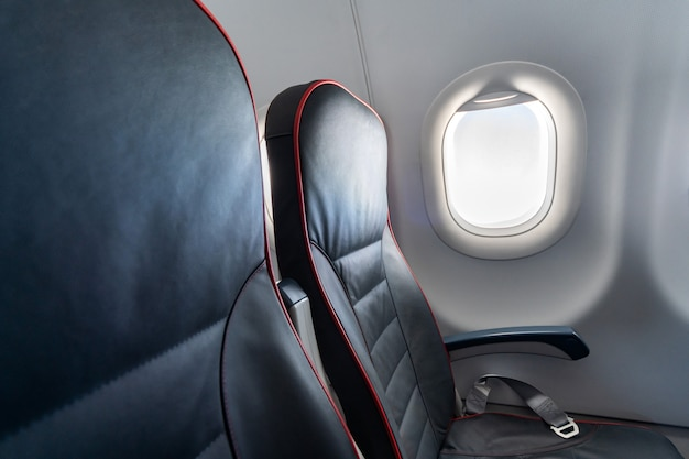 Sièges confortables en classe économique sans passagers.