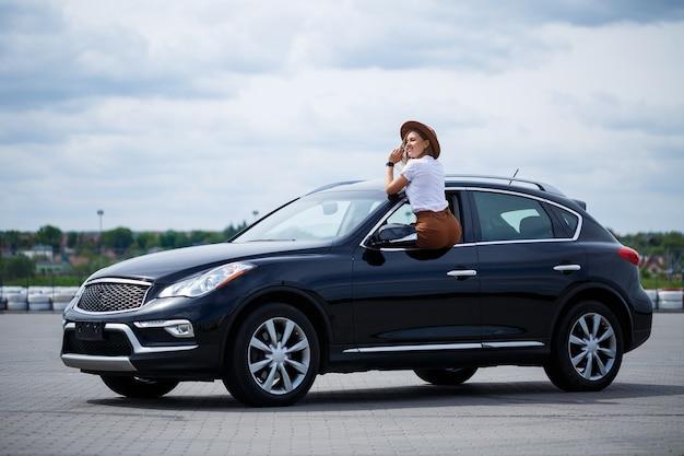 Sièges en cuir marron dans la nouvelle voiture. rembourrage intérieur en cuir véritable.