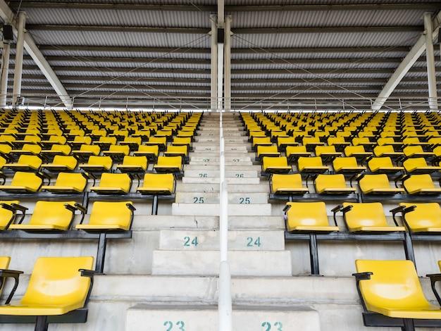 Sièges jaunes vides dans le stade