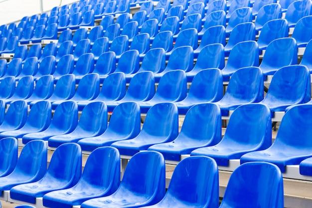 Sièges en plastique sur le stade en été