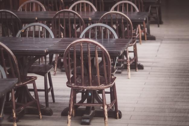 Sièges vides dans un café ou un restaurant en raison de l'effet de la pandémie de coronavirus covid-19
