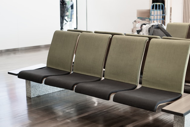 Des sièges vides pour les voyageurs en attente de repos à l'intérieur de la salle d'embarquement à l'aéroport international