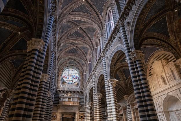 Sienne, italie - 28 juin 2018 : vue panoramique de l'intérieur de la cathédrale de sienne (duomo di siena) est une église médiévale de sienne, dédiée depuis ses premiers jours en tant qu'église mariale catholique romaine