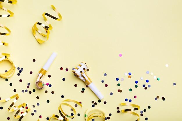 Sifflets et confettis de fête avec espace de copie