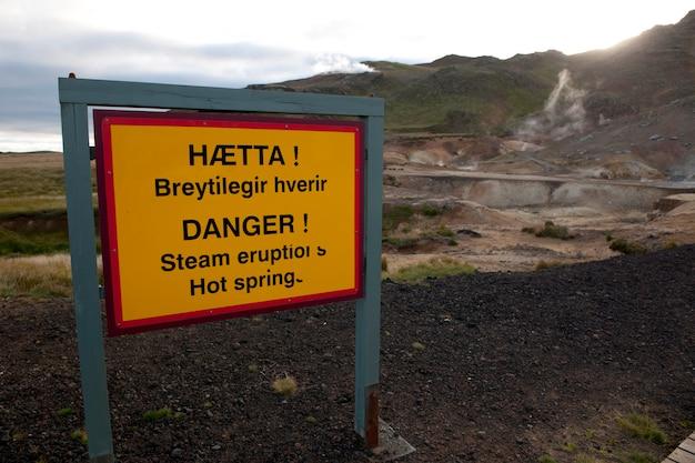 Signal de danger orange signalant des éruptions de vapeur et des sources chaudes