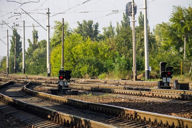 Signal sémaphore rouge sur le chemin de fer
