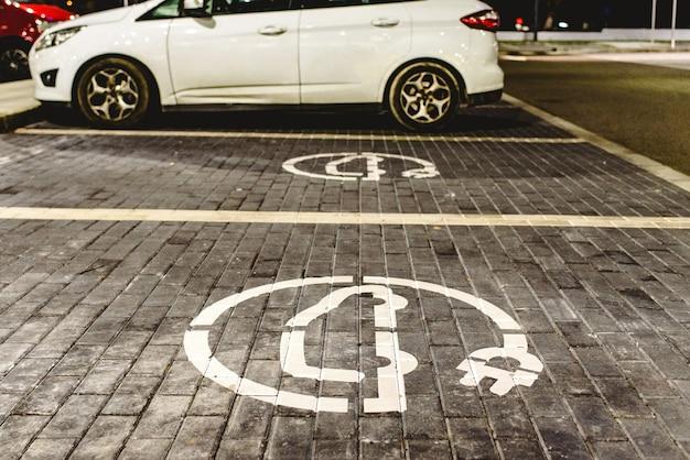 Signal de station de remplissage pour véhicules électriques peints au sol.