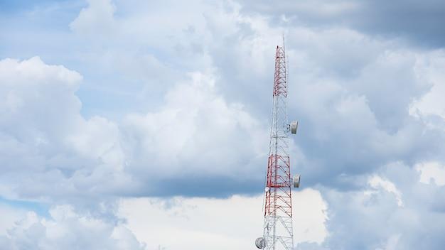 Le signal de téléphone de mât de transmission d'ondes grand avec un ciel bleu lumineux.