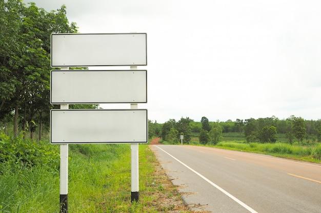 Signalisation routière directionnelle vierge avec paysage naturel en thaïlande