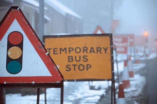 La signalisation routière sur les panneaux routiers d'hiver feu de circulation et arrêt de bus temporaire ecosse royaume-uni