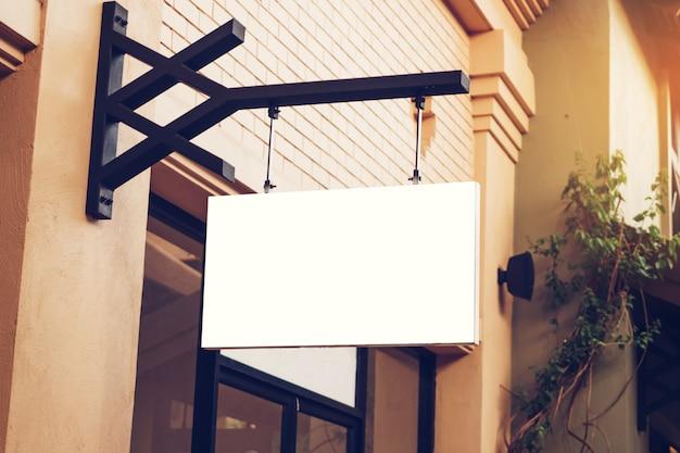 Signalisation vide et maquette vierge suspendue dans la rue avec espace de copie