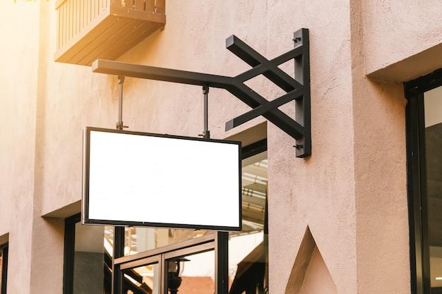 Signalisation vide noire horizontale sur la devanture de magasin de vêtements avec espace de copie.