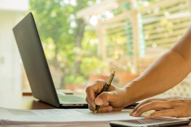 Signature de contrat homme faisant un concept d'ambition de chef d'équipe de transaction.