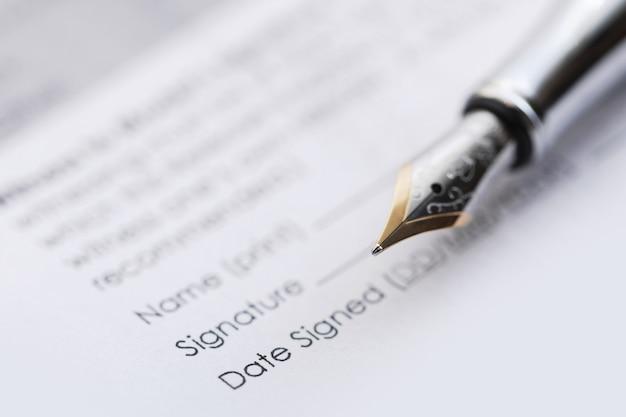 Signature du contrat commercial. stylo plume et document en feuille.