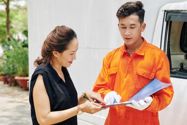 Signature du document de livraison par le client