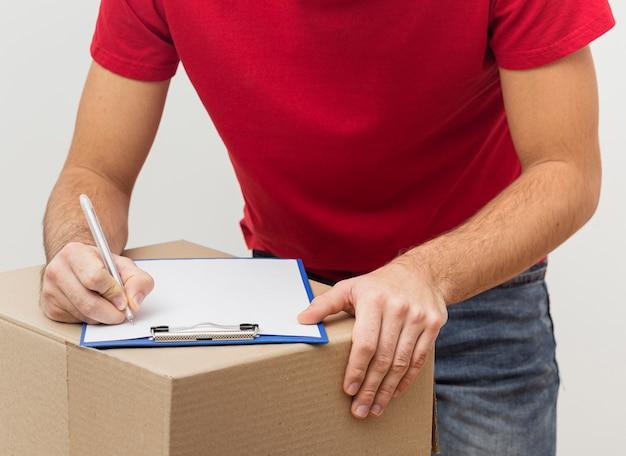 Signature de l'employé de livraison en gros plan