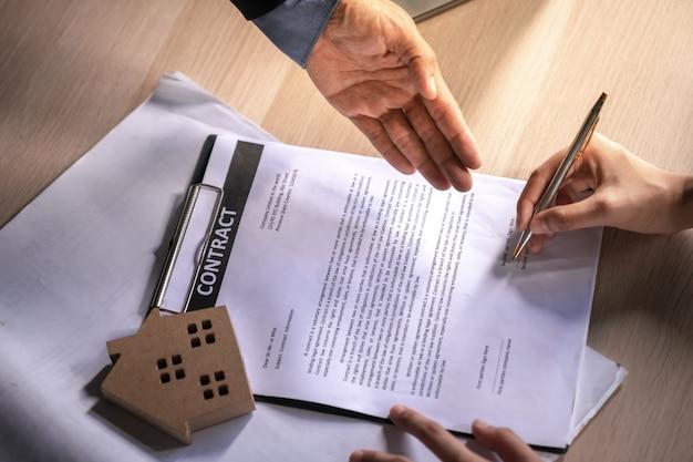Signature à la main d'un contrat pour une maison