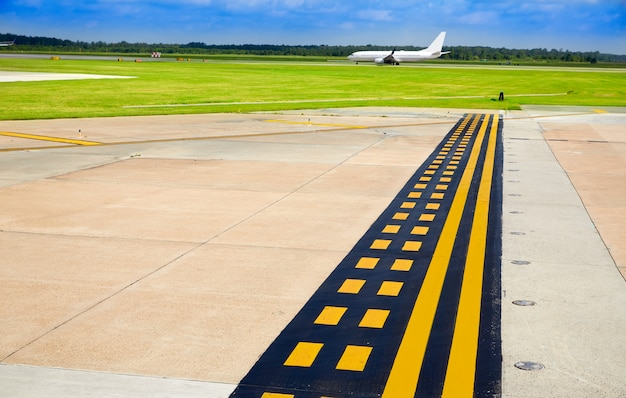 Signaux d'aéroport dans la chaussée avec des avions