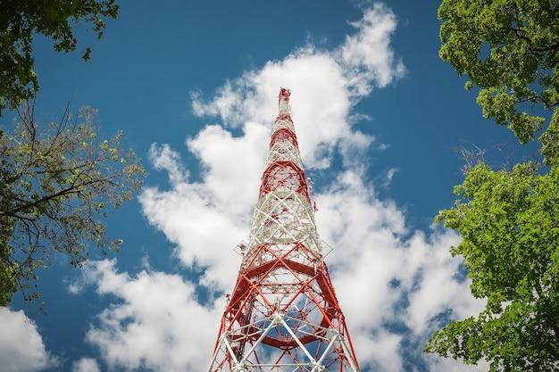 Signaux radio de tour d'antenne dans l'air