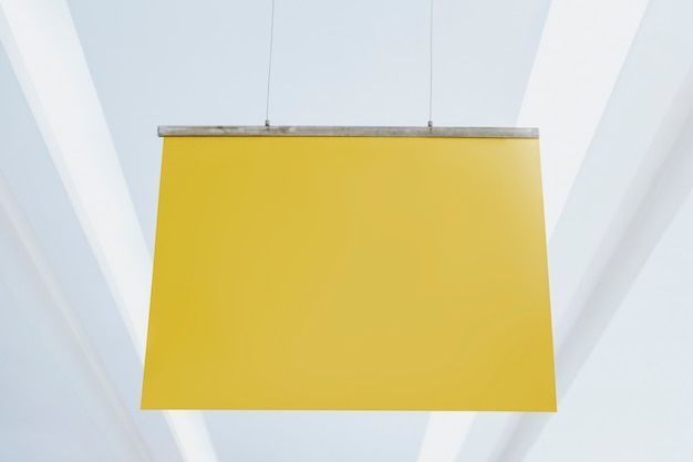 Signe d'affiche jaune accroché à un plafond