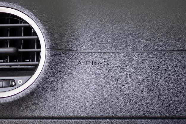 Signe de l'airbag de sécurité dans une voiture moderne
