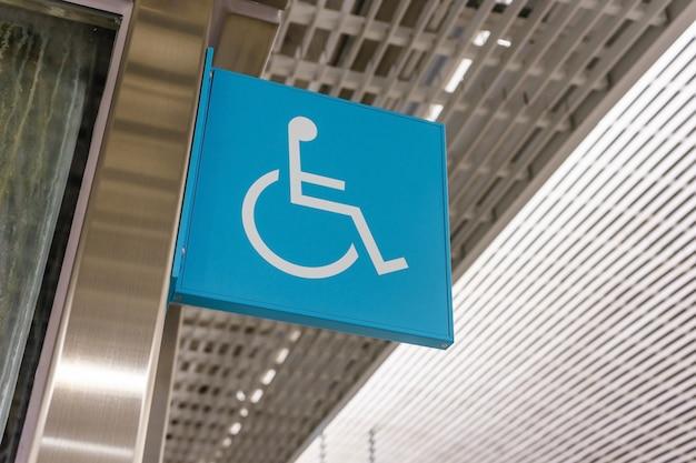Le signe de l'ascenseur pour les personnes handicapées en fauteuil roulant.