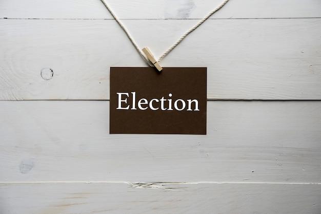 Signe attaché à une corde avec élection écrit dessus