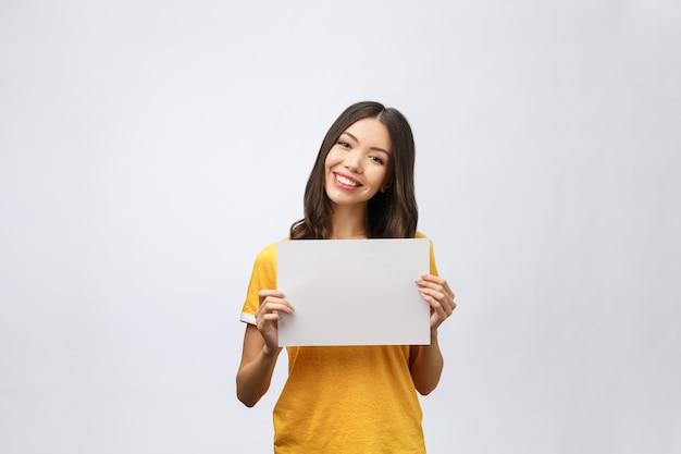 Signe de bannière publicitaire - femme excitée pointant vers le bas sur panneau d'affichage vide vide panneau de papier