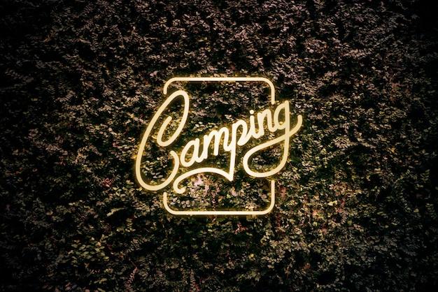 Signe de camping jaune néon sur une feuilles
