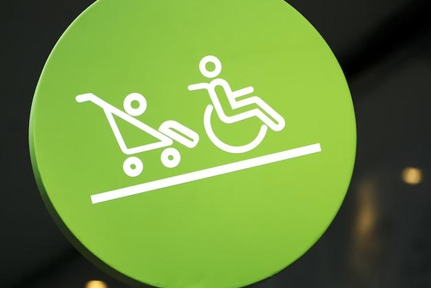 Signe circulaire vert de la zone réservée pour les handicapés et les bébés