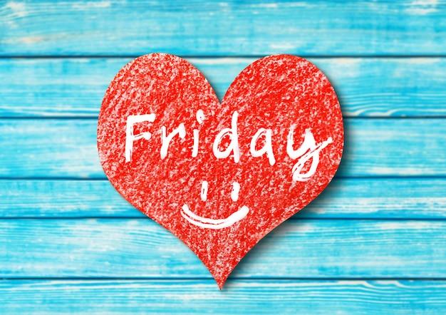 Signe de coeur avec le mot vendredi sur fond en bois