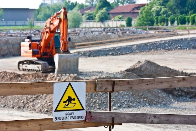 Signe de danger pour les travaux en cours (italien) dans un chantier
