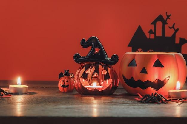 Signe de décoration happy halloween festival fond concept.objet de tour ou de friandise bol et ornement de feuille d'érable sur moderne bureau de bureau à domicile en bois brun rustique. le visage de jack o lanterne sur la citrouille.
