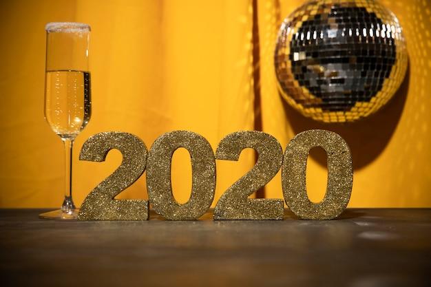 Signe doré à faible angle avec date de nouvel an
