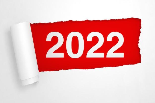 Signe du nouvel an 2022 dans le gros plan extrême du hole of torn white paper. rendu 3d
