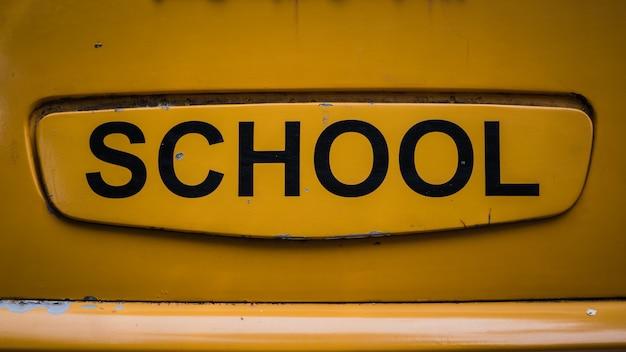 Signe de l'école sur jaune