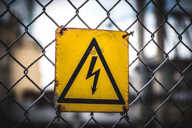 Le signe est dangereux. signe d'avertissement de danger
