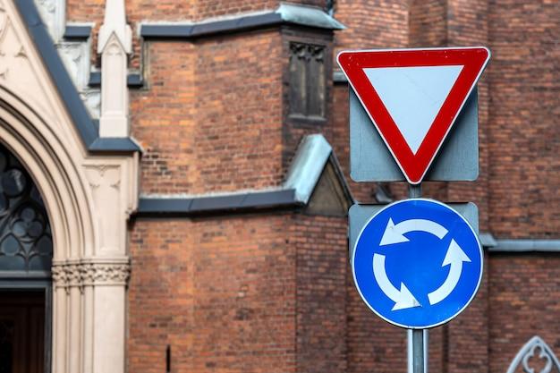 Le signe est un mouvement circulaire et cède la place à l'arrière-plan du bâtiment, en gros plan