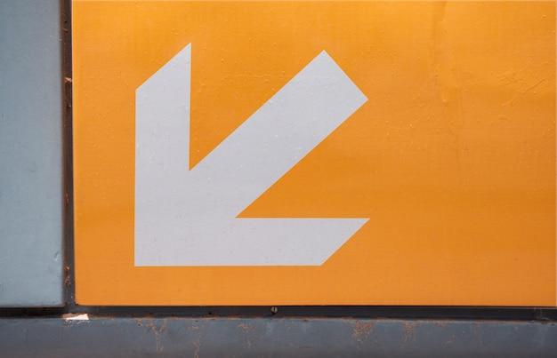 Signe de flèche d'entrée de métro sur orange
