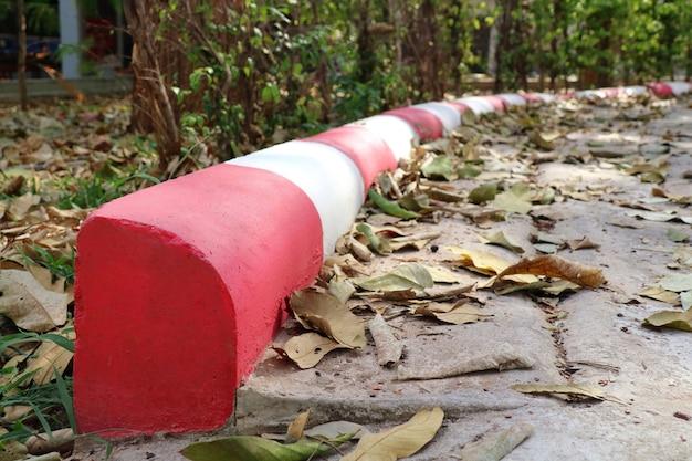 Signe sur footpathwhitered bande pas de stand et signe de stationnement signe et concept de transport
