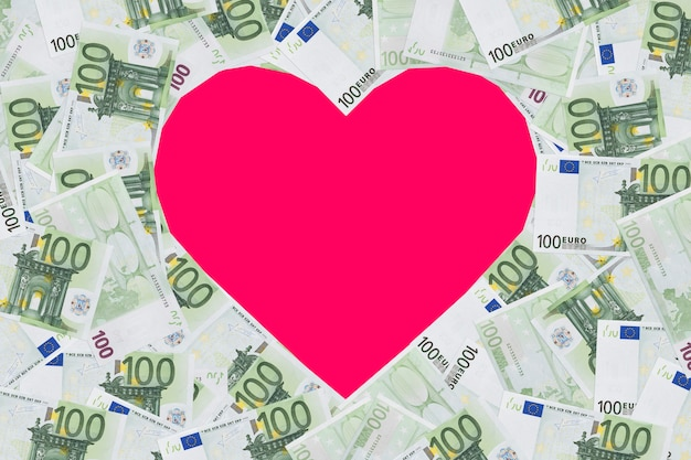 Signe en forme de coeur avec 100 billets en euros. arrière-plan du concept de la saint-valentin. coeur de billets en 100 euros. place pour le texte. espace de copie. le formulaire, vierge pour la conception. espace de copie.