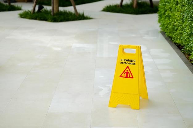 Signe jaune nettoyage en cours sur sol mouillé