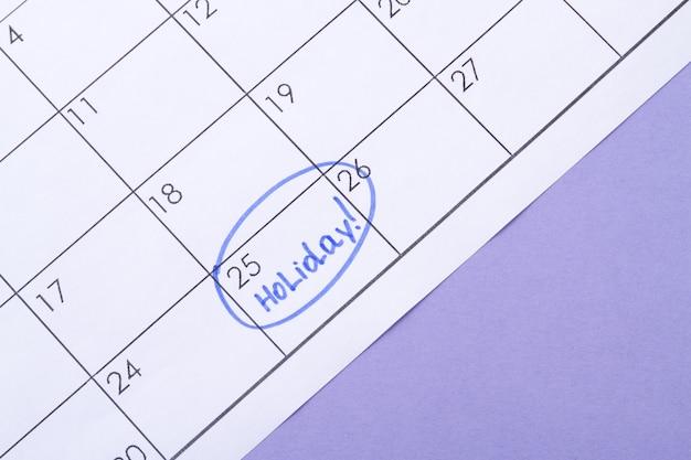 Signé un jour d'un calendrier par un surligneur bleu en attente de vacances