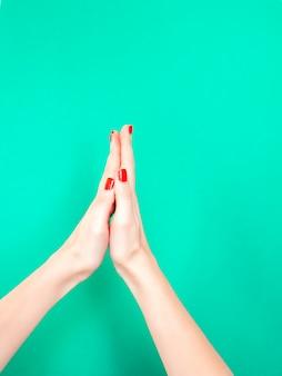 Le signe de la main merci priant les mains