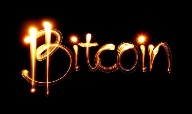 Signe et mot bitcoin sur fond noir. peinture claire