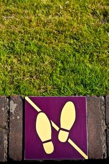 Signe : ne marchez pas sur l'herbe, utile pour conceptuel