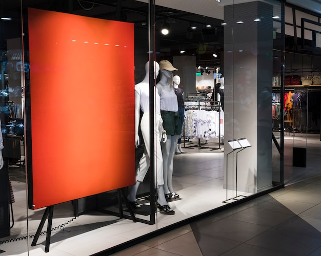 Signe orange vide dans le magasin de vêtements