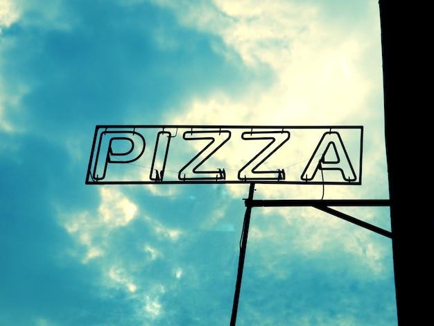 Signe de pizza au-dessus du ciel