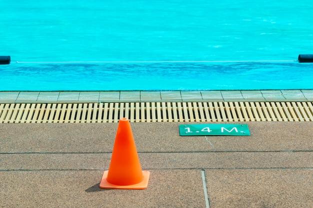 Signe de profondeur de 1,4 mètre dans une piscine extérieure