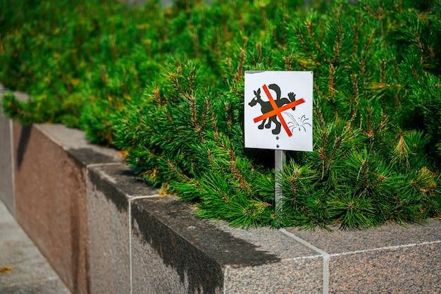 Un signe qui signifie que les chiens interdits urinent dans la zone